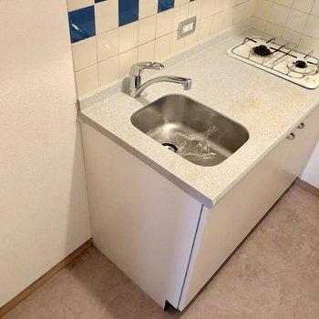 冷蔵庫隣に置けます。コンロはしっかり2口で料理しがいがある!(※写真は3階の同間取り別部屋のものです)