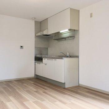 冷蔵庫はキッチン隣に。大きなサイズもすっぽり入ります。