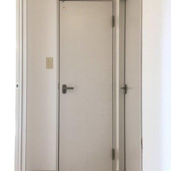 玄関入ってすぐ水回りのドア。右がサニタリー、真ん中がトイレです。