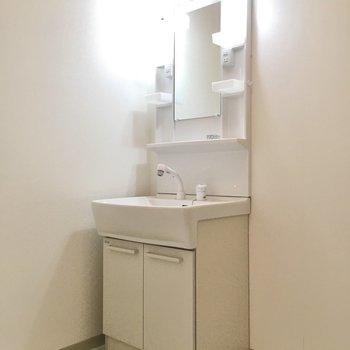 独立洗面台はシンプルですが清潔感があります。