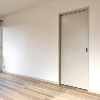 こちらのドアからお隣へ。