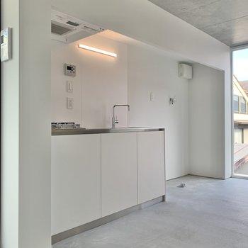 キッチン横に冷蔵庫・洗濯機置場があります。