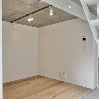 天井はコンクリート打ちっ放し。