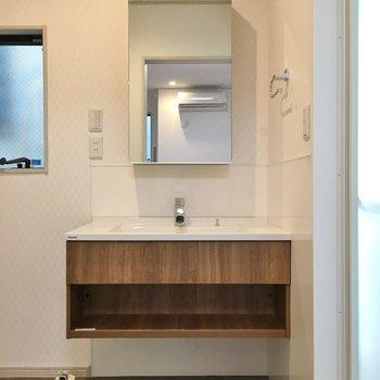 洗面台もスタイリッシュ♡。※写真は同タイプの別部屋