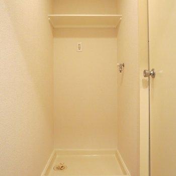 洗濯機置き場の上に収納スペースがあるのが助かりますね