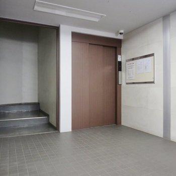 木のデザインのエレベーターがシックな雰囲気を醸し出しています