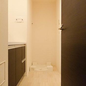 脱衣所に入ると正面には洗濯機置き場です。