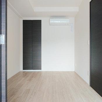 【洋室5.5帖】洋室にもしっかりエアコン付きですね。