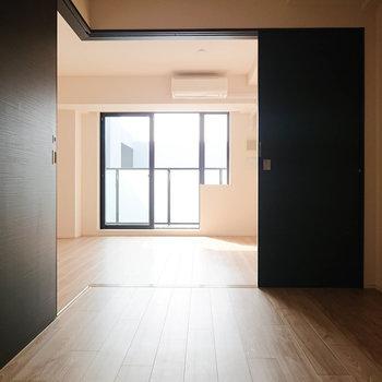 【洋室5.5帖】扉を開けていてれば明るめですよ。