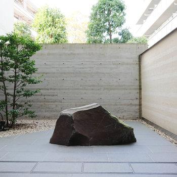 中庭のデザイン、いいですねぇ。わびさび。