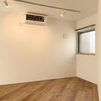 【洋室】爽やかな雰囲気のお部屋です。※写真はクリーニング前のものです