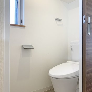 温水洗浄便座付きのトイレです。窓があるのも嬉しい。
