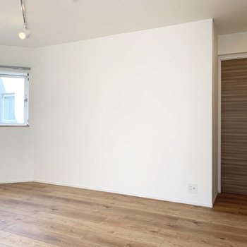 【洋室】斜めのお部屋です。こちらは寝室にしたいですね。