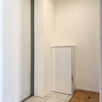 白を基調とした玄関で明るい印象です。