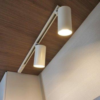 キッチン上はダウン照明!※写真は同タイプの別室。