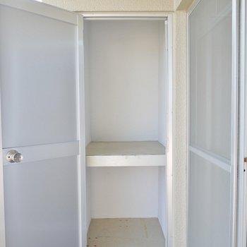 ベランダにトランクルームがあるので荷物の多い方には嬉しいですね※写真は別室です!