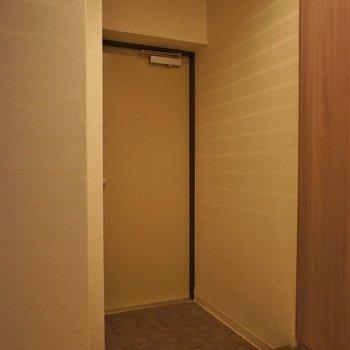 暖色系の照明が暖かい!※写真は同タイプの別室。