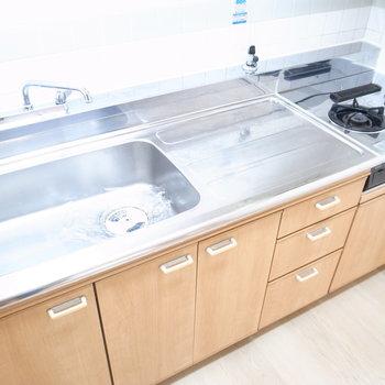 システムキッチンも広々してます!収納がたくさんついてますね。