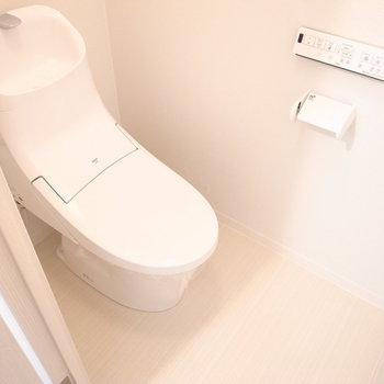 温水洗浄便座のトイレ。前のスペースが広いので、お子さん用の踏み台なども使いやすいです。