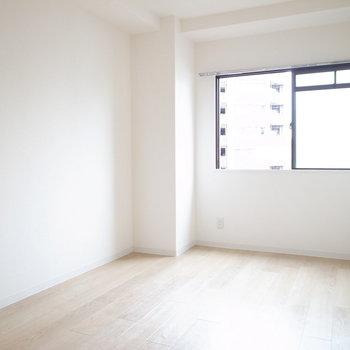 【洋室5.7帖】もうひとつの洋室。縦長の形は家具を置きやすいです。