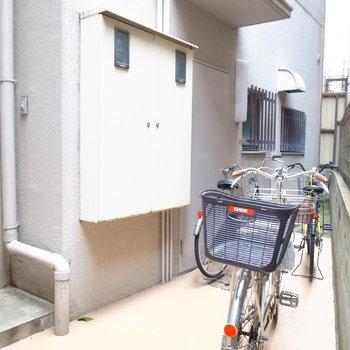 【共用部】駐輪場はエントランスの突き当たりのとびらを開いた、こちらのスペースです。