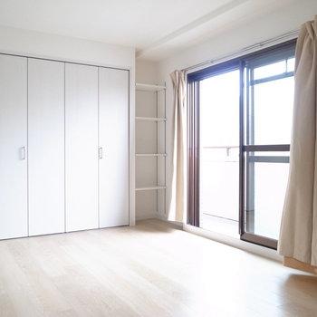【洋室5.5帖】こちらのお部屋もベランダに通じています。収納もたっぷり◎