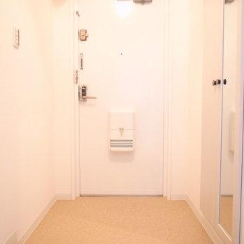 玄関はゆったりめ。右手のシューズボックスには姿見がありますよ。