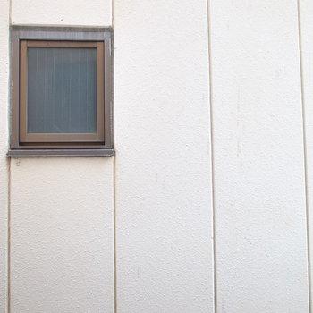 眺望はお隣さんの外壁です。