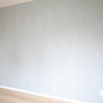 """【洋室5.5帖】室内唯一の""""色柄""""!淡いターコイズカラーのベリンボーンは自然を思わせます。"""