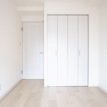 【洋室5.7帖】窓とクローゼットがひとつずつでシンプル。お子さんのひとり部屋にもよさそう。