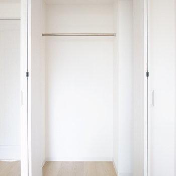 【洋室5.7帖】お洋服がしっかり入る大きさですよ。