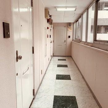共用廊下は清潔感のあるレトロ
