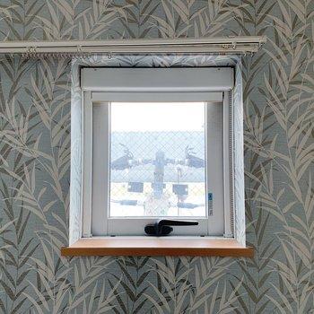 窓は開閉可能。小さくてかわいいこの窓が一押し!