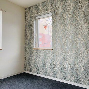 洋室も窓が多く明るい。ダブルベッドも収まるスペース感