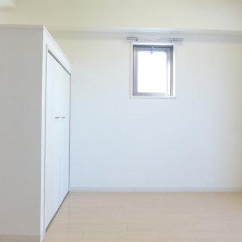 小窓も可愛い!シンプルですね(※写真は7階同間取り別部屋のものです)