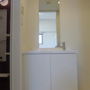 洗面台もシンプルでスタイリッシュ(※写真は7階同間取り別部屋のものです)