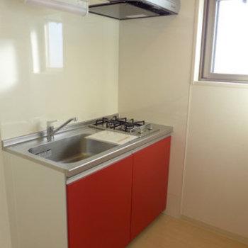そして隠れていた真っ赤キッチン!2口コンロで、窓もあり明るいですね(※写真は7階同間取り別部屋のものです)
