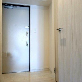 玄関広々〜!ゆったりと出入りできます。(※写真は8階反転間取り別部屋のものです)