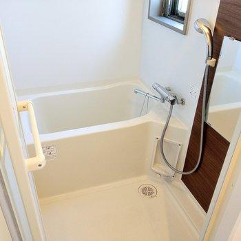お風呂も十分な広さ。追い焚き機能もついてます。(※写真は8階反転間取り別部屋のものです)