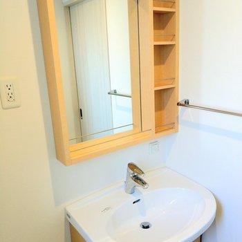 洗面台の木目がお洒落!素敵です…!(※写真は8階反転間取り別部屋のものです)