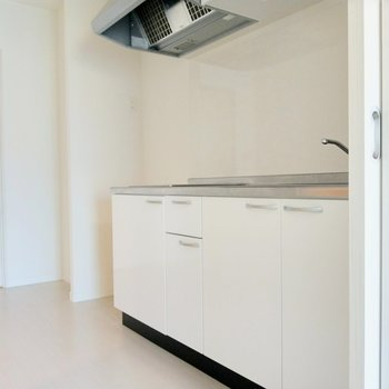 真っ白のキッチンが爽やかで素敵。(※写真は8階反転間取り別部屋のものです)