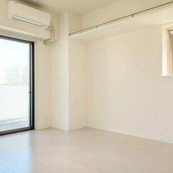 角部屋なので開放感がありますね。窓から見える都会の空もいいなぁ。(※写真は8階反転間取り別部屋のものです)