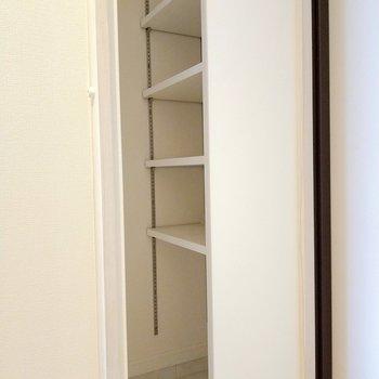 横に隠れたシューズボックス。1番下にブーツもしまえそう。(※写真は8階反転間取り別部屋のものです)