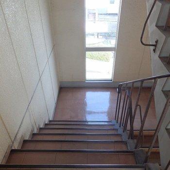 共用部】階段は窓がついているので明るいです。
