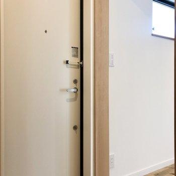 こちらは非常出入り口として、ウォークインクローゼットから外に出ることも可能です。