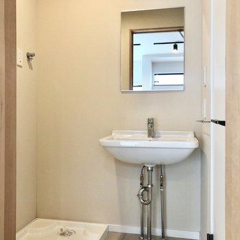 洗面台は柔らかなフォルムが絵になる、ドイツ製のウェルラウンドシンク。