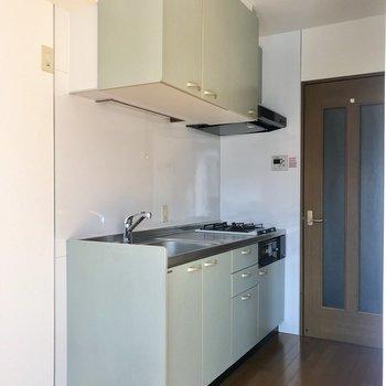 薄いブルーのキッチン。幅があります。※写真は前回募集時のものです