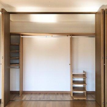 中に棚が2つあって服以外にも収納できそう。※写真は前回募集時のものです