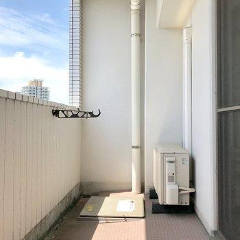 バルコニーはちょっぴり広めかな。(※写真は14階の同間取り別部屋、清掃前のものです)