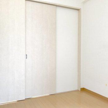 引き戸を閉めれば個室に早変わり。(※写真は14階の同間取り別部屋、清掃前のものです)